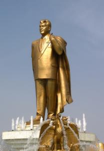 Turkmenistan gullstatue