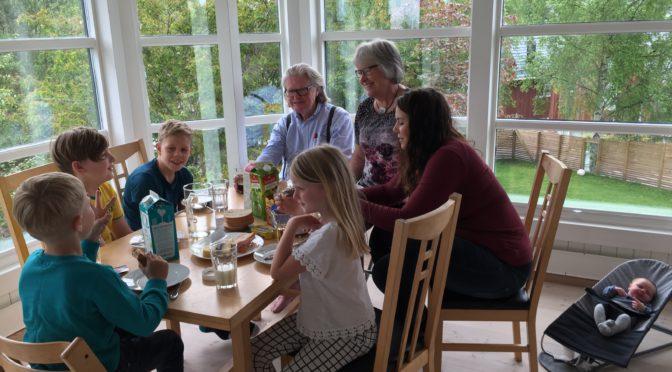 Åsa feirer 14 dagen med farmor og farfar