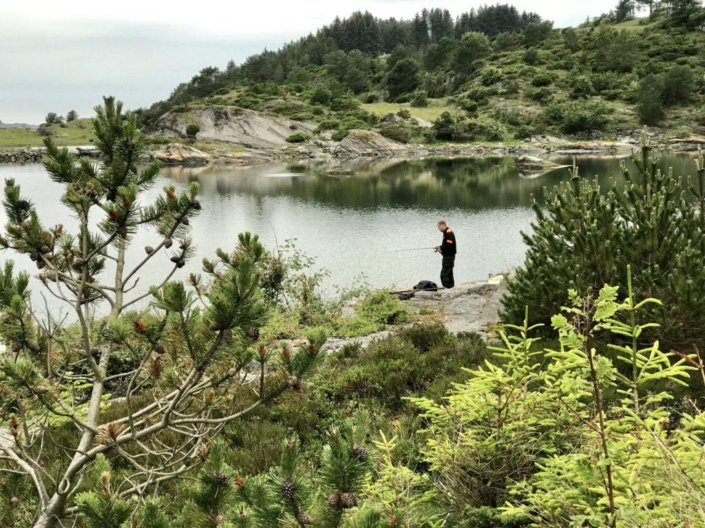 Øyvind står på Kjørpanes sør i Ystabøhamna. Legg merke til det fine vaket ved steinen i vannet