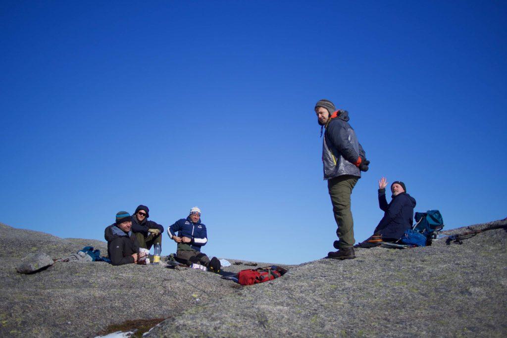 Svoveldunsten har lagt seg, og Jesos Ferchos fire disipler kan drikke kaffen og spise safarikjeksen i fred. I to minutter. Den karen tier ikke