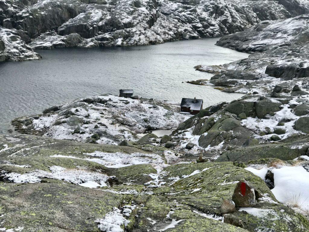 EB162A1B-2E35-4F3B-A718-7A8341819651 Blåsjøhytta ligger i sørenden av Blåsjø på merket løype. Foran hytta kan man skimte Blysjø