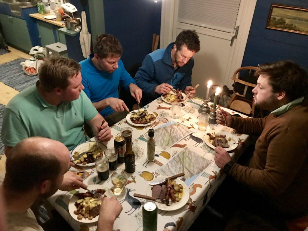 Dagens meny: ytrefilet av storfe med opphøyde poteter og bearnaisesaus, asparges surret i bacon og soppstuing