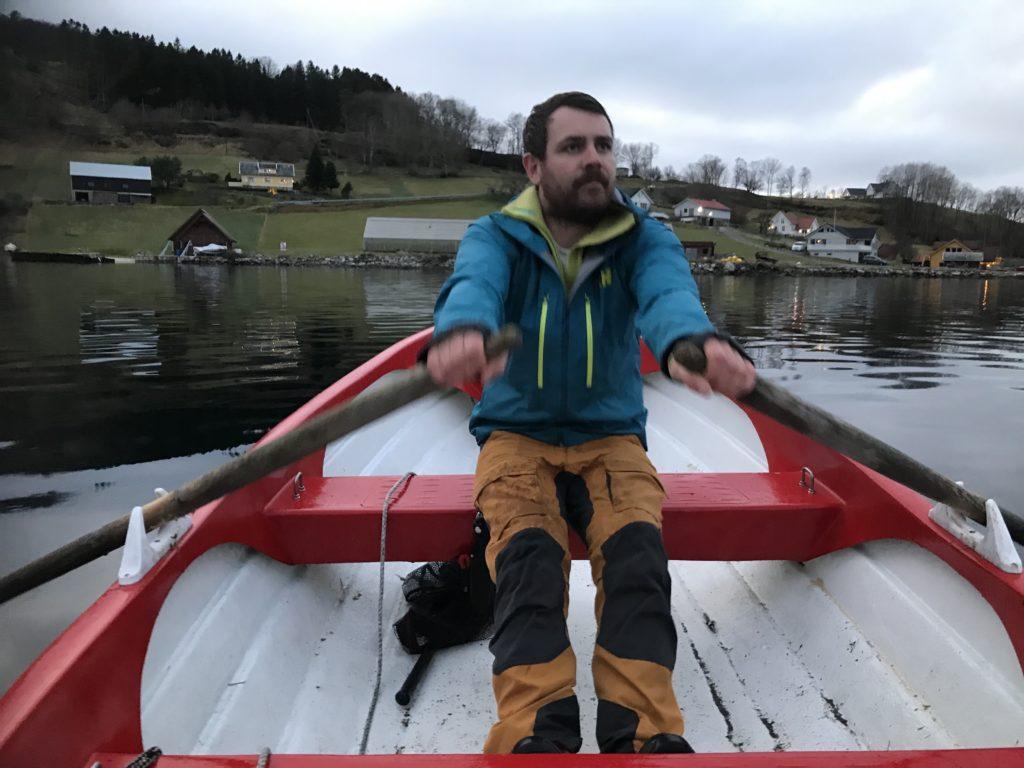 Fiskjarens venn Fishermans friend rowing Lokalbefolkningen ror fiskelorden til de beste fiskeplassene for en slant og ingenting