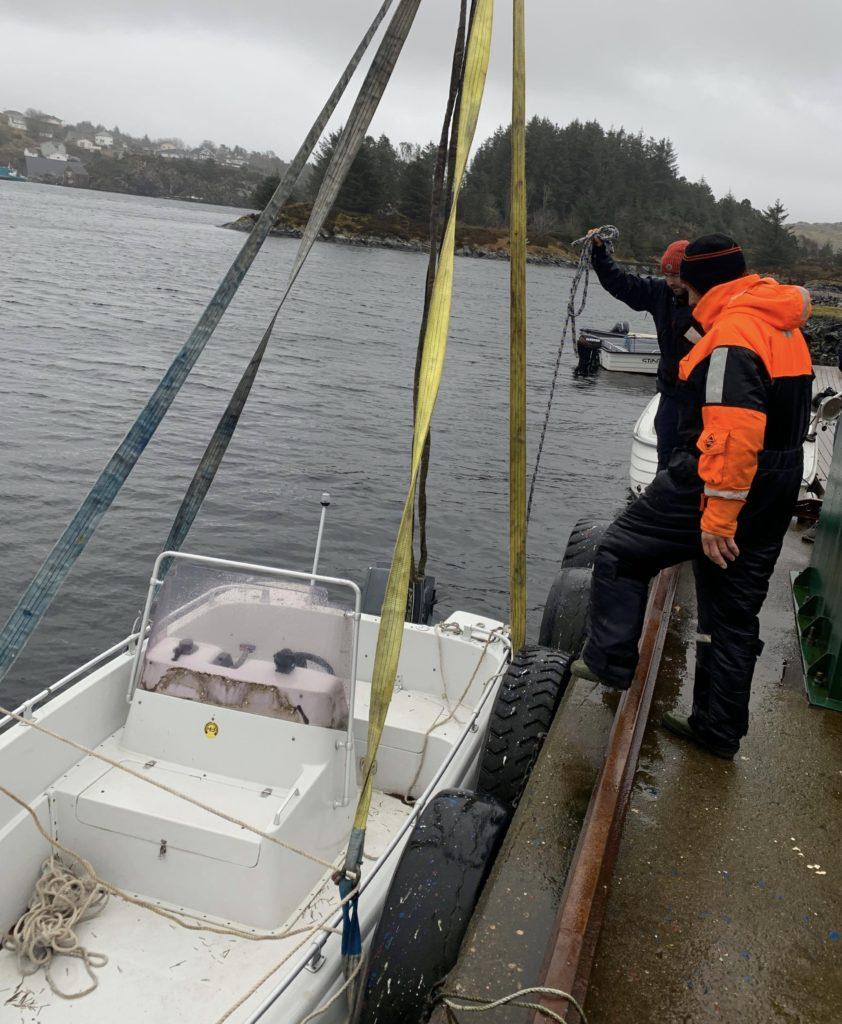 Sondre, Svein Kristian og Martin må ta båten inn på land