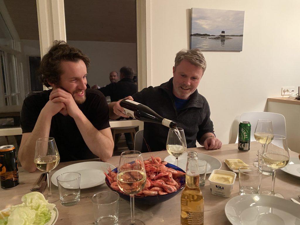 Andreas har jobbet som kelner og viser Ente hvordan man serverer vin uten å skjelve