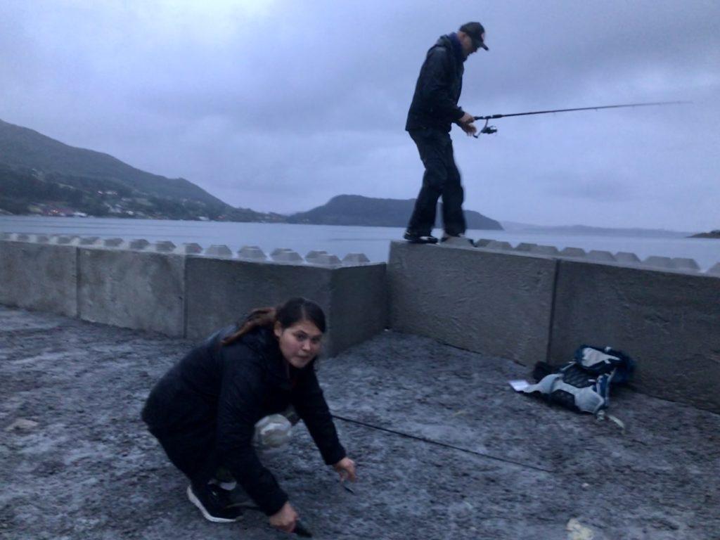 Karin mister sin plass da hun avkroker makrellen. Erlend er også ute etter denne, men jeg kom først